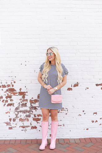 cortinsession blogger dress bag shoes sunglasses jewels wellies pink boots pink bag striped dress summer outfits