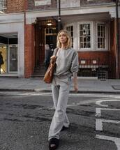 sweater,sweatshirt,shoulder bag,leather bag,pants,wide-leg pants,slide shoes