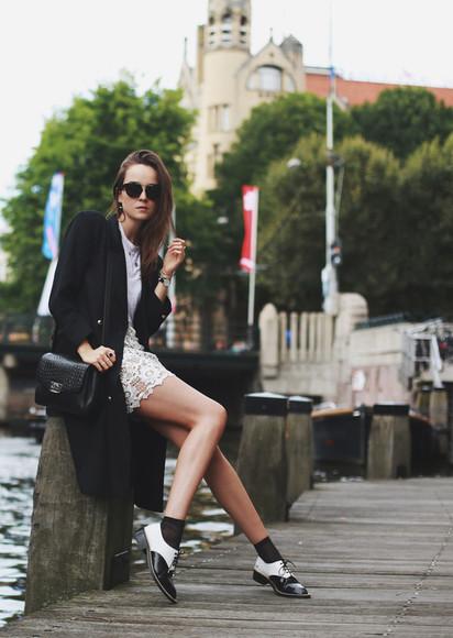 trench coat style scrapbook blogger skirt shoes jewels t-shirt bag sunglasses black skirt white skirt lace eyelet skirt