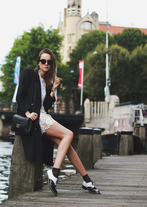 style scrapbook blogger skirt shoes jewels t-shirt bag sunglasses trench coat black white skirt lace eyelet skirt