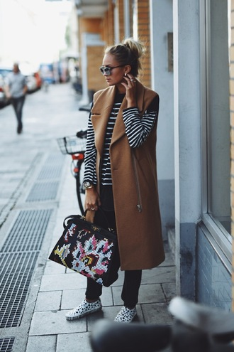 en vogue coop blogger camel coat striped sweater sleeveless coat travel bag fall outfits