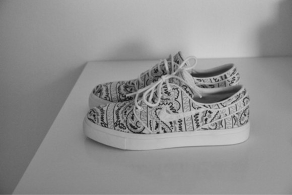 shoes black and white nike white black pattern nike running shoes streetstyle streetwear style cute sneakers paisley printed vans vans indie shoe hipster nikes basket fashion classic wheretoget? nike sneakers nikeshoes adidas flower