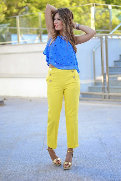 yellow pants gold yellow classy bag jewels mi aventura con la moda top t-shirt summer pants summer outfits gold shoes sandals high heels blue top necklace bracelets
