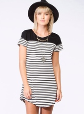 dress,stripes,black,white,black and white,hat,fedora,necklace,silver,gold,jewelry,striped dress