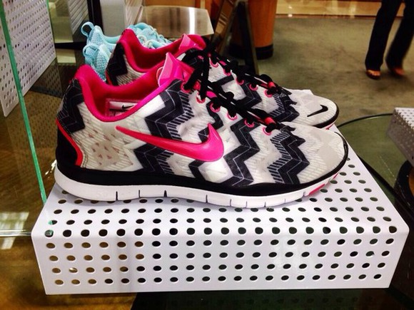 pink shoes black white nike running shoes zigzag check