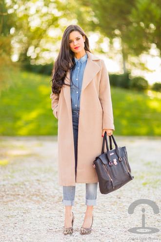 bag leather bag blogger jeans blouse crimenes de la moda denim shirt
