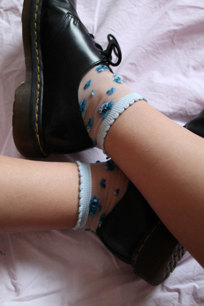 socks socks blue flowers short socks short socks flower socks flower white blue white blue flower pattern flower pattern socks blue flowers forget-me-not grunge soft grunge pale grunge pastel grunge kawaii kawaii socks shoes DrMartens