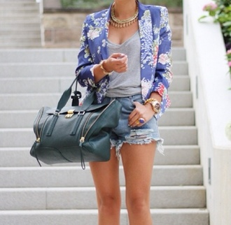 bag sac green veste coat fleurs flowers bleu pastel t-shirt grey t-shirt jewels doré gold shorts denim jacket light blue purple summer jacket cut off shorts denim shorts statement necklace summer tanned girl