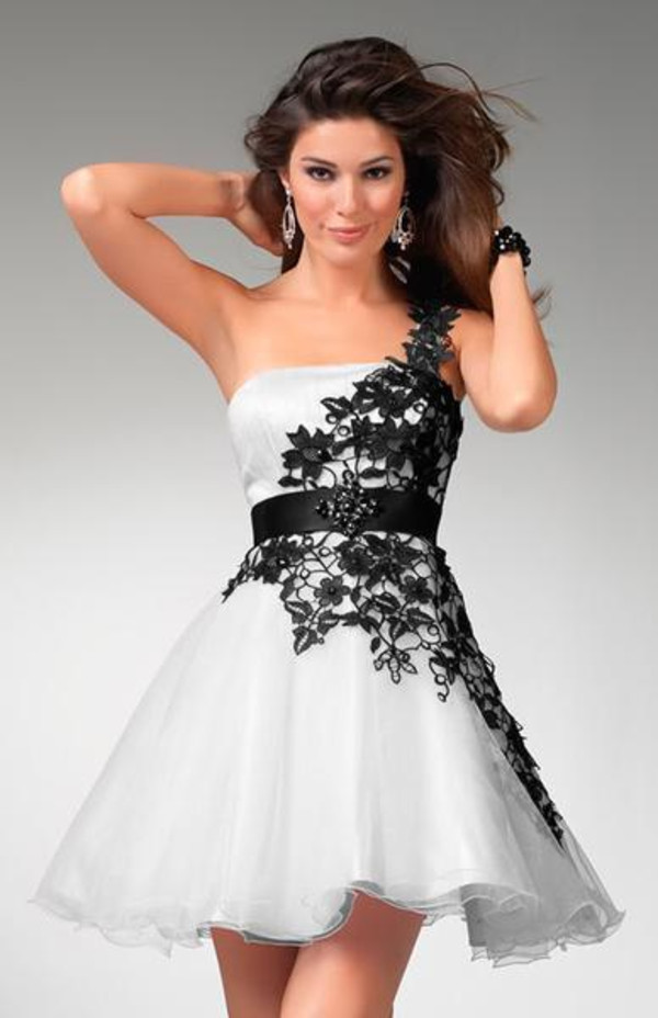 dress flowers white black short strapless beautiful pretty amazing fantastic prom dress homecoming black and white floral details black and white cocktail dress black and white dress homecoming dress bruidsmeisjes jurken white dress black and white dress evening dress cocktial dress fashion party outfits wedding dress black lace formal dress dress fromal