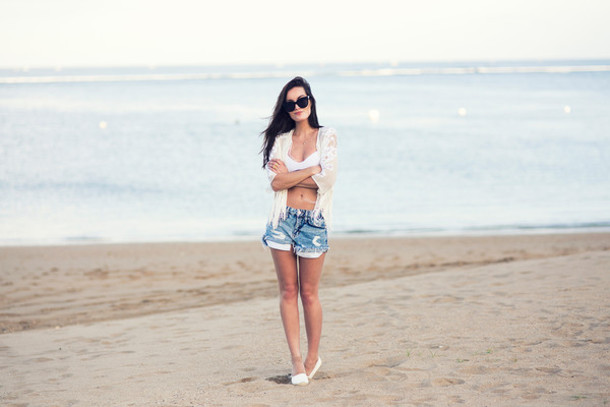 anouska proetta brandon blogger shorts beach ripped shorts top shoes sunglasses