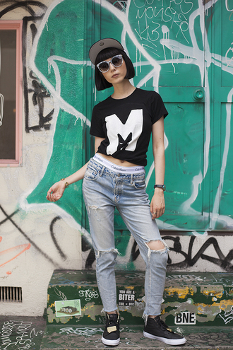 samantha mariko blogger graphic tee ripped jeans light blue jeans black t-shirt black sneakers 90s style calvin klein underwear streetstyle