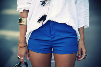 blue shorts necklace bracelets ring white blouse bloue royal blue feathers