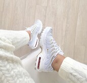 shoes,nike,air max,grey sneakers,low top sneakers,white,nike shoes,airmax 95 plus,gold