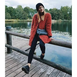 coat tumblr beanie black beanie red coat fuzzy coat bag winter outfits winter coat black jeans jeans shoes black shoes