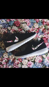 shoes,nike roshe run,flowers,noir,nike shoes,nike running shoes,fleur,roshe runs,chaussures,nike