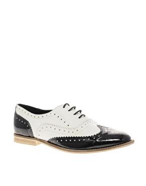 Chaussures richelieu ã lacets en cuir noir et blanc chez asos