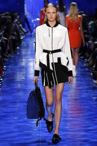 jacket romee strijd model paris fashion week 2016 thierry  mugler runway bag skirt