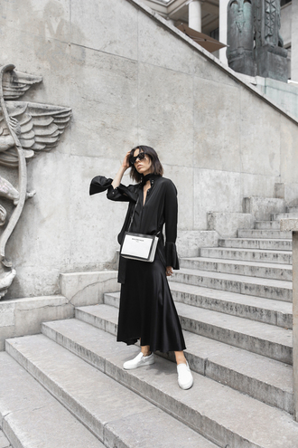 shirt black skirt tumblr black shirt skirt maxi skirt sneakers white sneakers bag white bag shoes