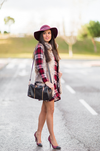 crimenes de la moda blogger floppy hat faux fur vest long sleeve dress winter dress dress jacket coat hat jewels shoes bag
