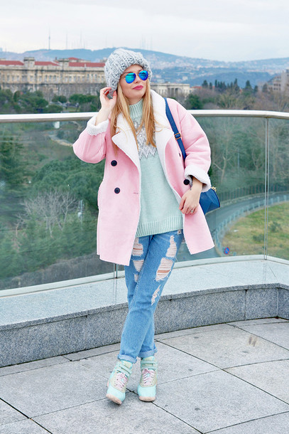 ag on i ya blogger ripped jeans pink coat knitted beanie