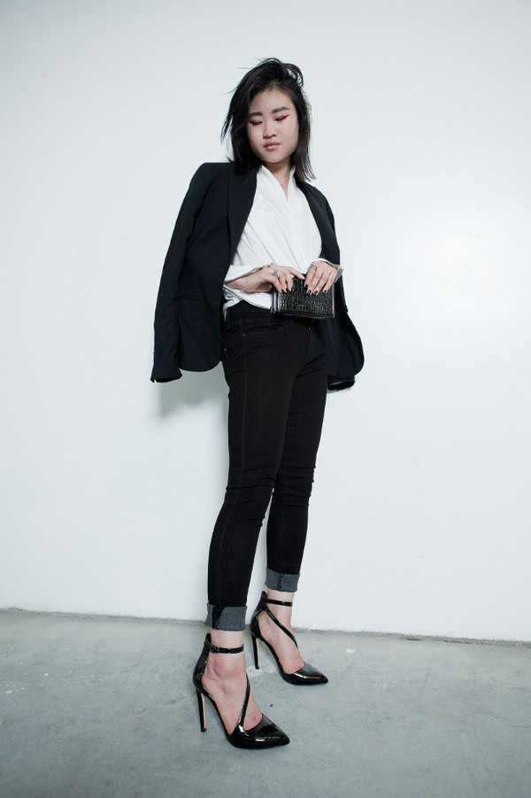 la vagabonde dame blogger office outfits black blazer blazer white shirt black jeans skinny jeans black sandals patent shoes high heels