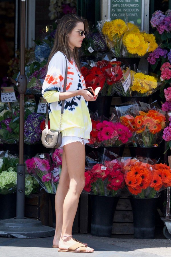sweater alessandra ambrosio casual streetstyle shorts model off-duty