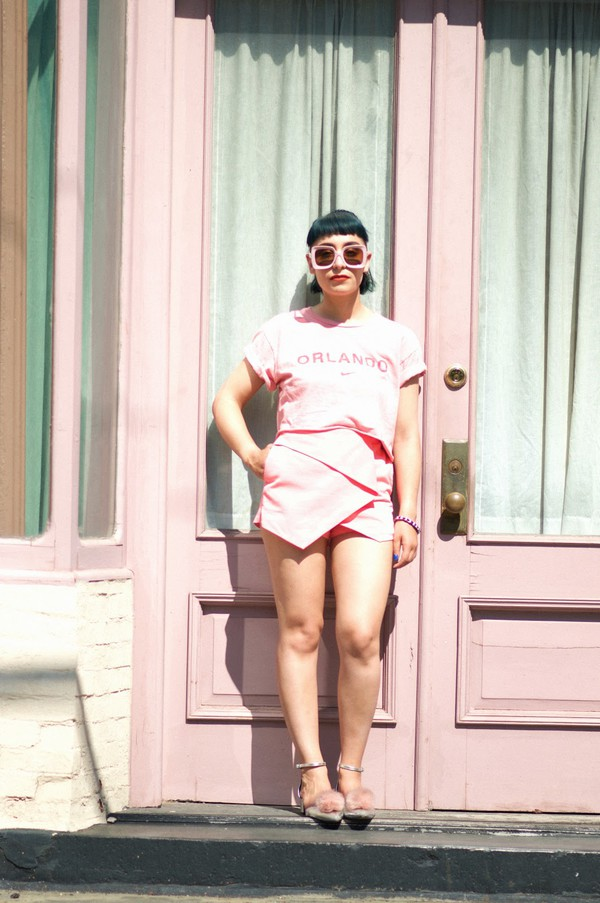 let's get flashy blogger all pink everything pink t-shirt pink shorts skorts pink sunglasses