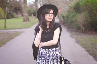 temporary secretary shorts t-shirt jacket bag jewels shoes hat