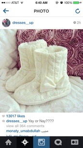 shoes,booties,sweater,sweater boots,comfy,cashmere,cashmere boots,fluffy,bow,cute,white boots with a bow