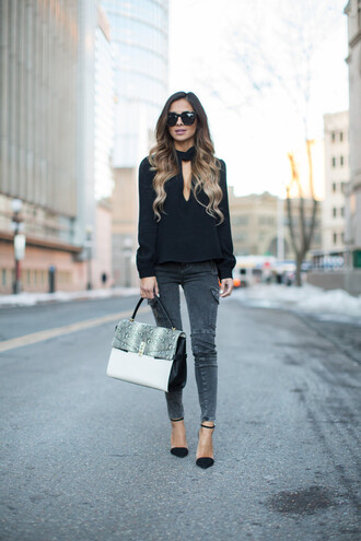 spring outfits maria vizuete mia mia mine blogger black sunglasses grey jeans black blouse leather bag black heels d'orsay pumps