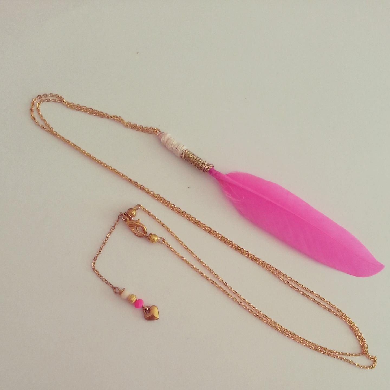 collier long : veritable plume rose / doré : Collier par mademoiselleclementine