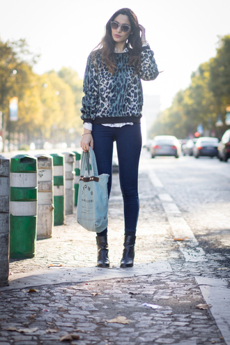 la couleur du moment blogger jeans sunglasses leopard print sweater marc by marc jacobs tote bag