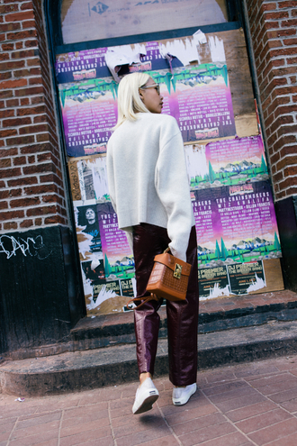 pants tumblr vinyl bag brown bag sneakers white sneakers sweater white sweater shoes