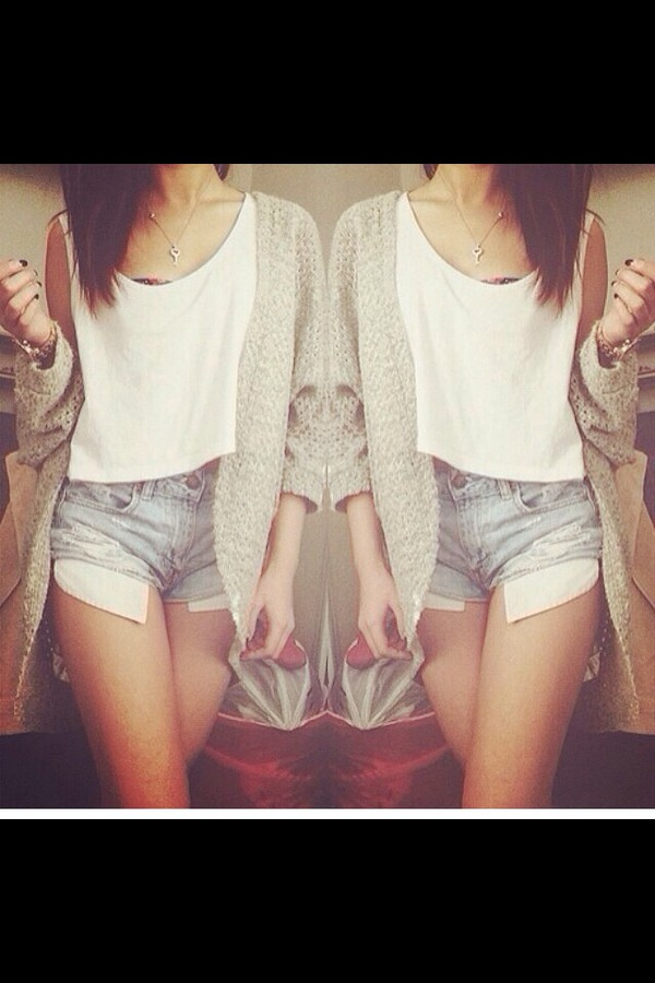 denim shorts white top cardigan sommer outfit style