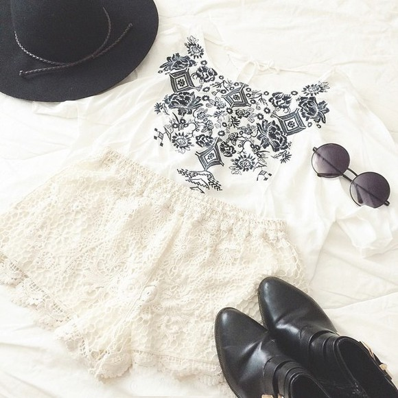 shorts white lace shorts summer outfits t-shirt sunglasses