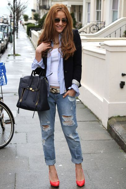 jeans white shirt black blazer black and gold bag boyfriend jeans red stilettos blogger