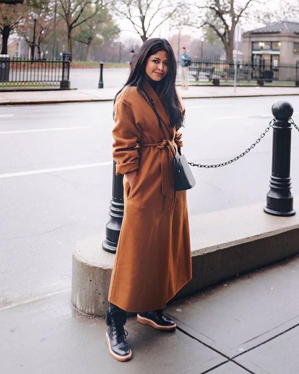 coat brown coat black boots black bag streetstyle streetwear