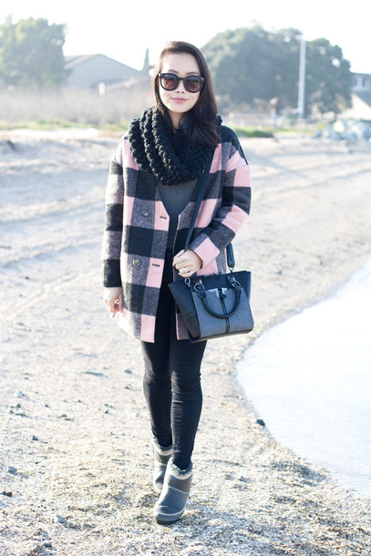 it's not her it's me blogger bag gingham winter coat winter boots knitted scarf coat t-shirt leggings jeans sweater scarf shoes sunglasses mantel kariert rosa