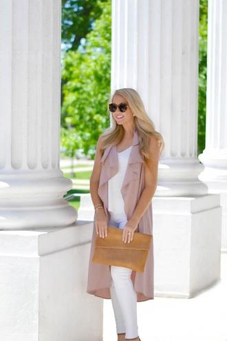 brightandbeautiful blogger jeans tank top sunglasses bag shoes jewels clutch sleeveless coat white pants