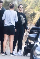 top,on earth,selena gomez,black sweatshirt,black leggings