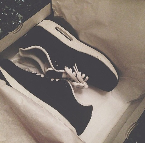 shoes color black and white air max