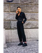pants,black pants,high waisted pants,black sneakers,black shirt,sunglasses,belt