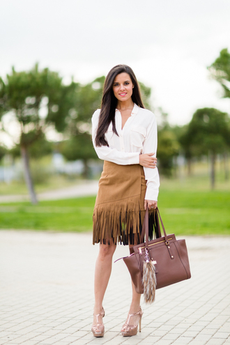 crimenes de la moda blogger white shirt fringe skirt platform sandals brown leather bag