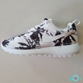 shoes,roshe runs,palms,palm tree print,palm tree,beach,boho,nike roshe run,sportswear,running shoe,nike free run,running shoes,style,fashion,celebrity style,fashionista809