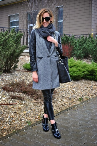 let's talk about fashion ! blogger knitted scarf grey coat leather leggings black shoes