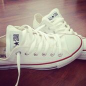 shoes,white,converse,all star,red,laces,low top,blouse,sneakers,chuck taylor all stars,white converse,white shoes,style,pretty,fashion