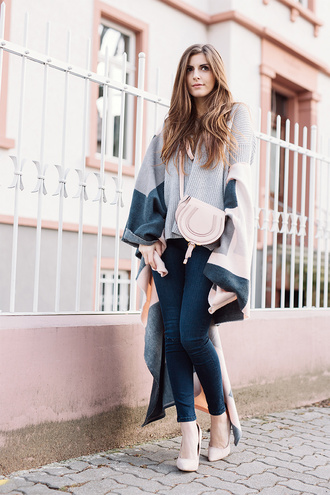simple et chic blogger grey sweater poncho sweater jeans bag