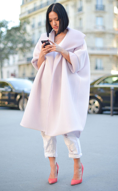 coat pink winter outfit winter coat winter outfits winter look oversized jeans white jeans pumps pointed toe pumps high heel pumps pointed toe pink heels streetstyle