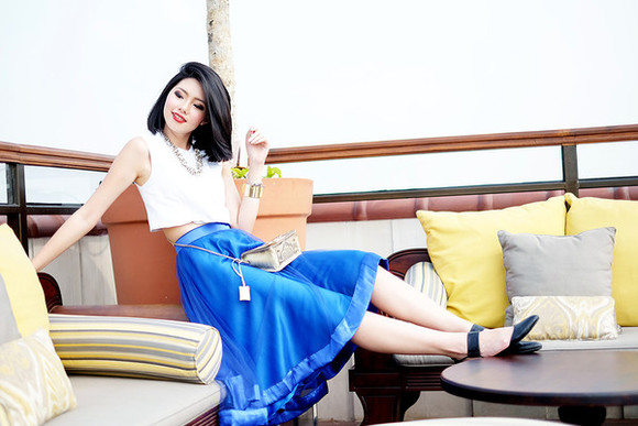 midi skirt blogger bag circle skirt olivia lazuardy blue skirt white crop tops cuff bracelet