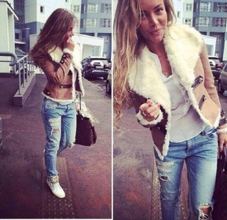 t-shirt jeans top denim streetwear jacket streetstyle ripped jeans beige acid wash skinny pants style hot classy bag winter outfits winter jacket white t-shirt cream brown